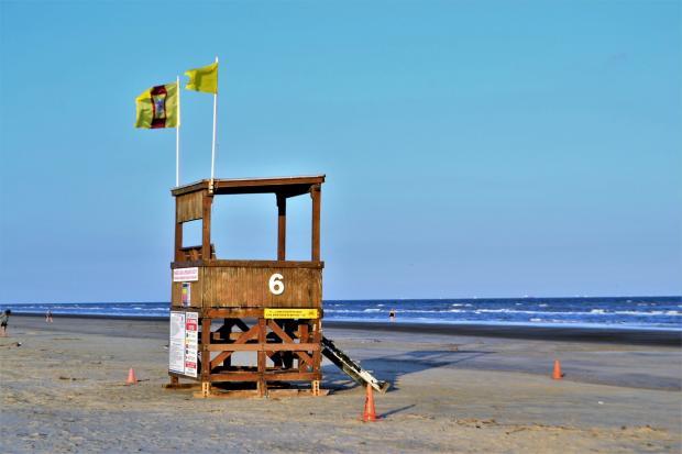 цифра 6 написана на спасательном домике с флагами