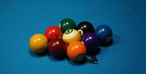 лежат девять шаров для бильярда
