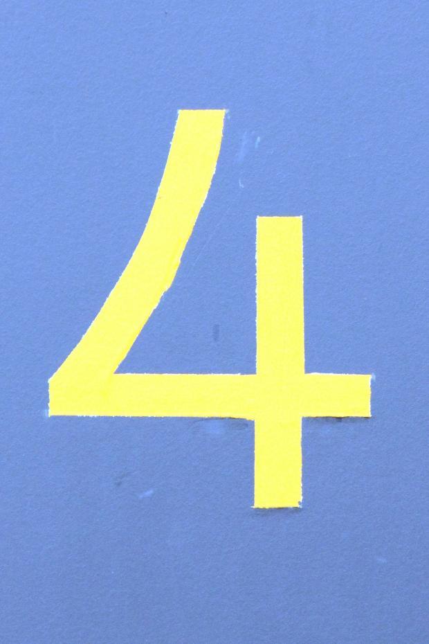 нарисована цифра 4 на голубом фоне