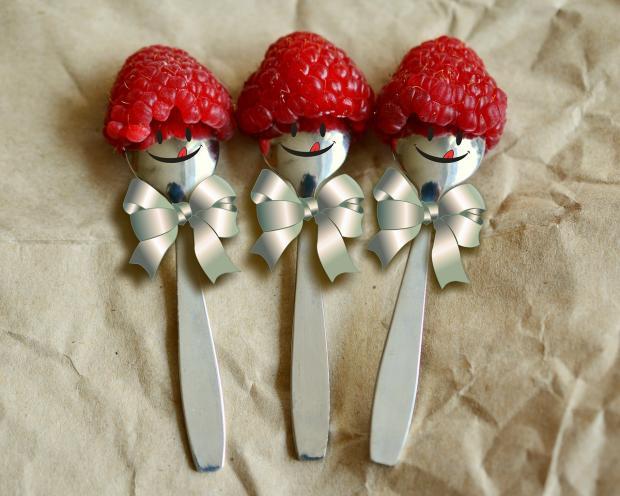 три чайных ложечки с шапочками из малины