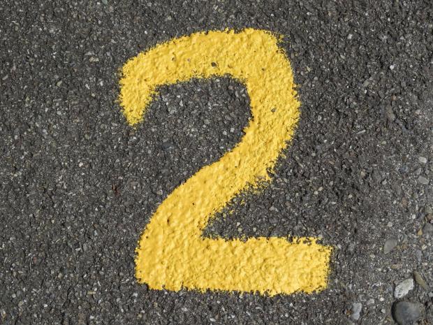 желтая цифра 2 нарисована на асфальте