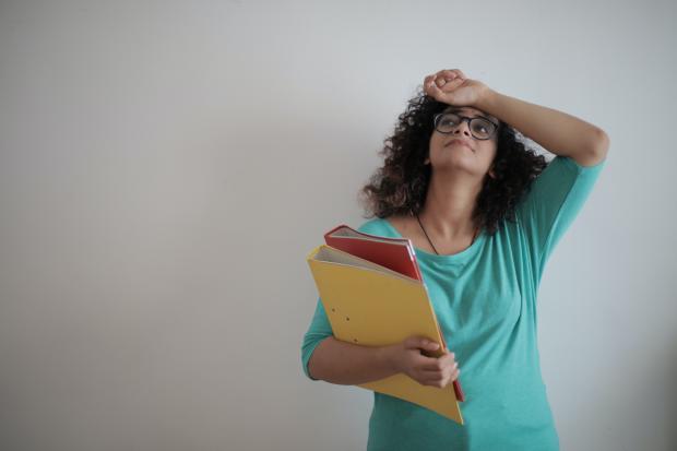 девушка в очках с папками в руках