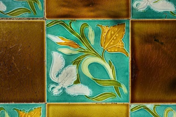уложена яркая плитка с красивым орнаментом