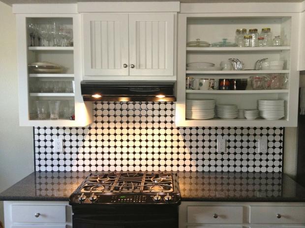 стоит кухонный гарнитур с плитой