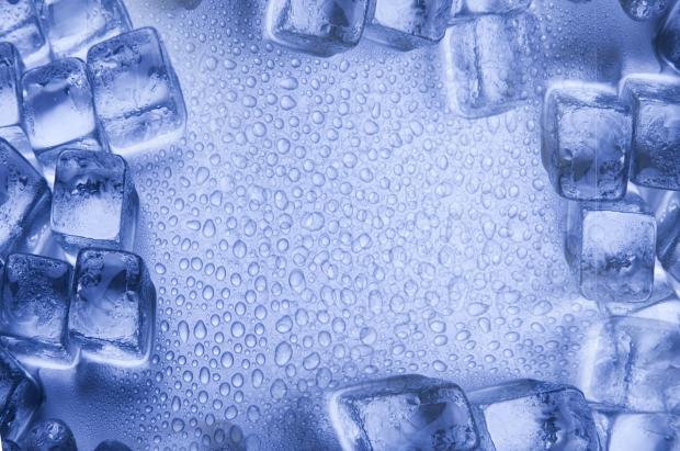 кубики льда расположены на голубом фоне