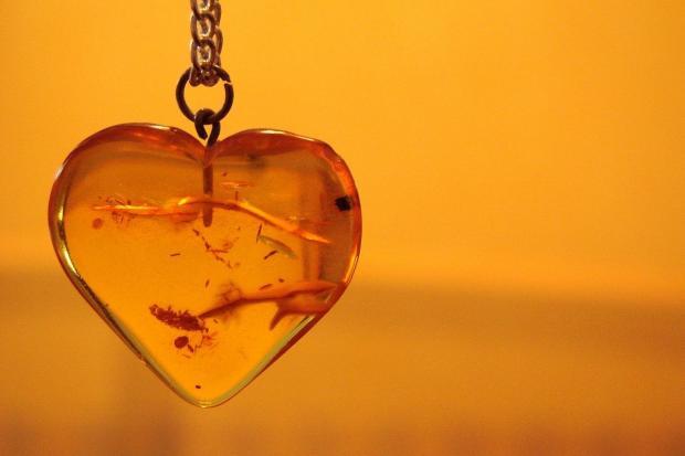 янтарный кулон в виде сердца оранжевого цвета