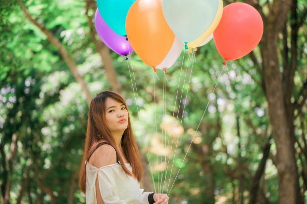 девушка в белом платье с воздушными шарами