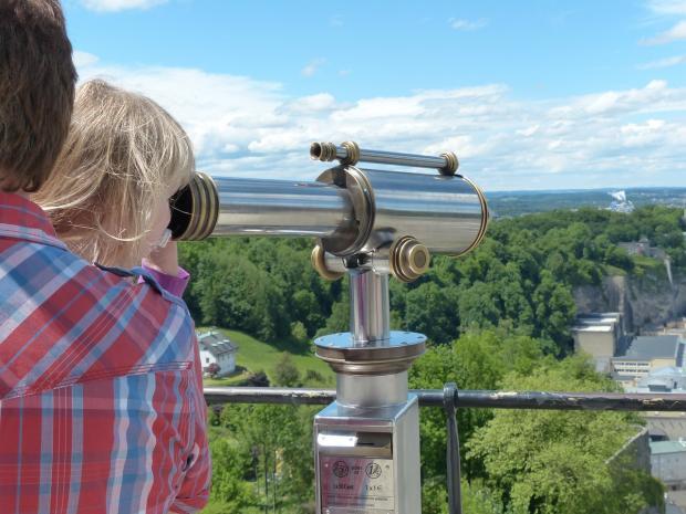 люди смотрят в горах в телескоп