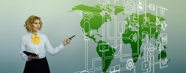 успешная бизнес-вумен стоит перед интерактивной картой мира