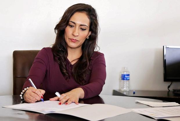 бизнес-леди подписывает документы
