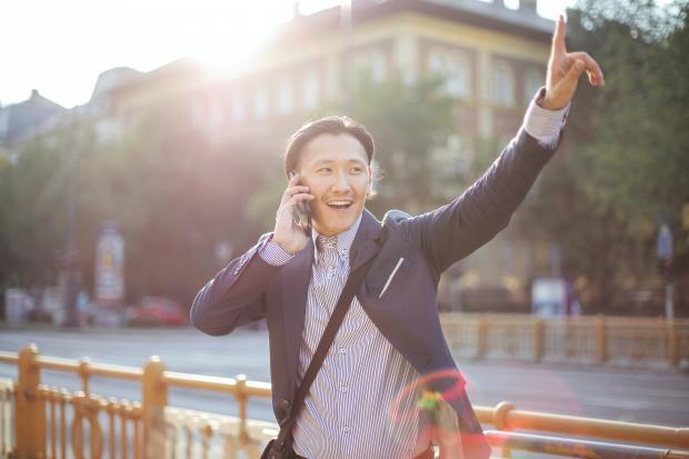 мужчина в костюме разговаривает по телефону на улице