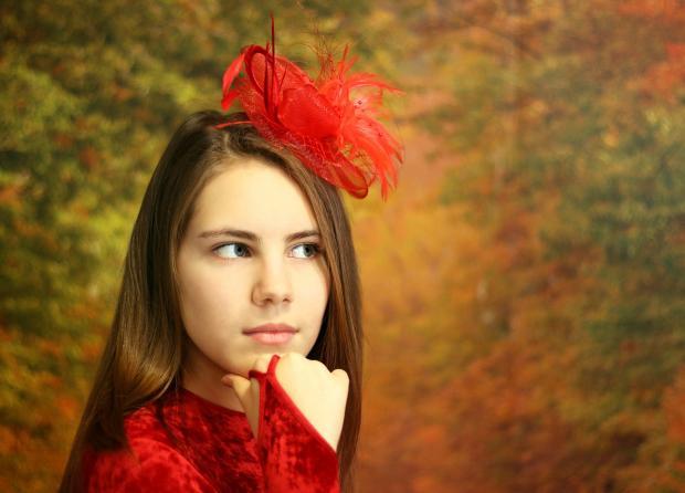 задумалась девушка в красной шляпке