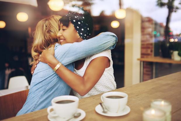 подружки обнимаются