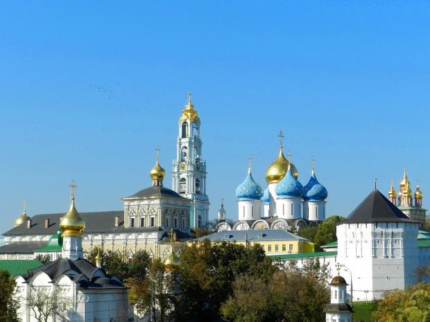 купола церквей на фоне голубого неба в Сергиевом Посаде