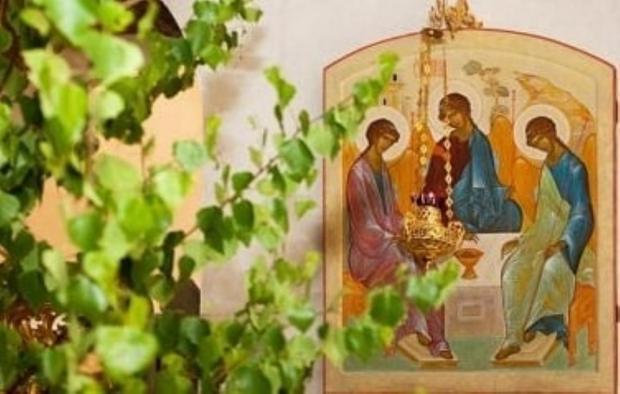 икона Святой Троицы рядом с березкой