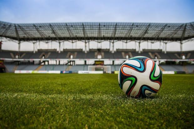 мяч на футбольном поле