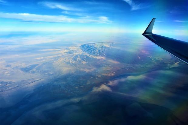 крыло самолет в небе