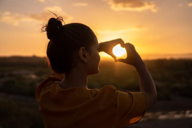 рассвет, девушка руками сделала сердце