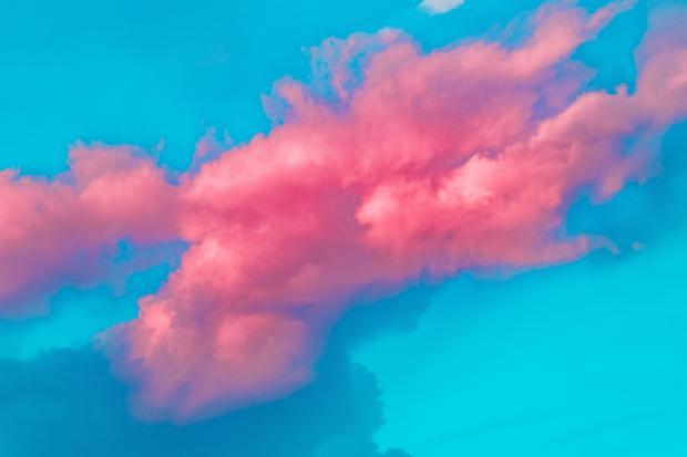 розовое облако на фоне голубого неба