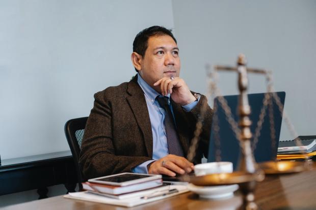 мужчина за столом в офисе