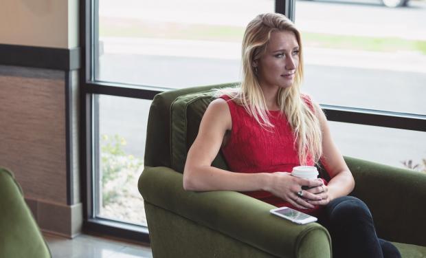 молодая девушка сидит в кресле