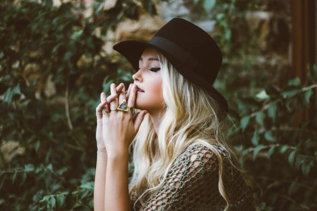 блондинка в шляпе сцепила ладони