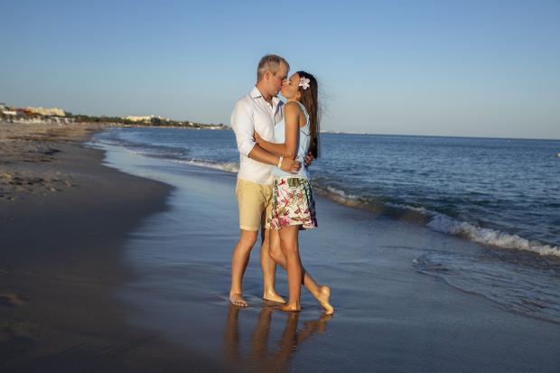 влюбленные гуляют по берегу моря