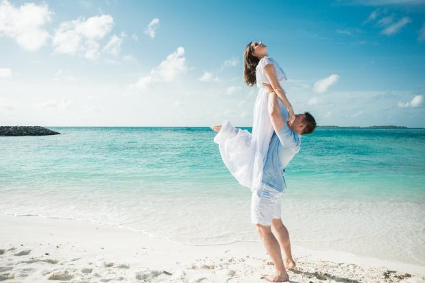 влюбленная пара на берегу голубого моря
