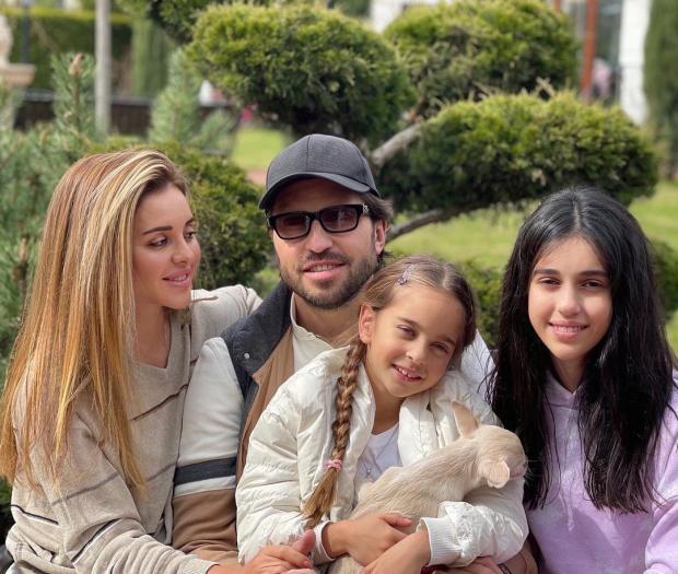 Александр Ревва с женой и детьми