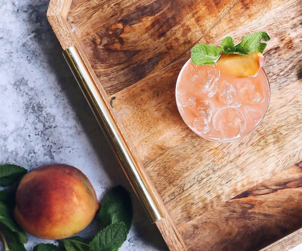 персики и персиковый чай на столе