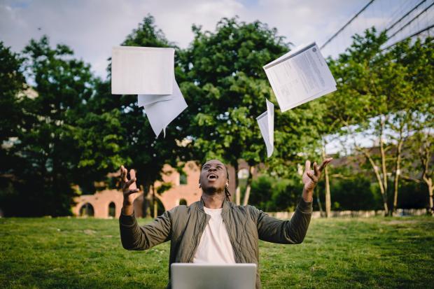 мужчина подбросил бумаги вверх