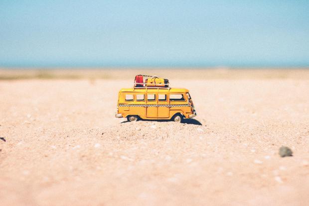 желтый автобус на пляже