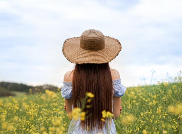 девушка в голубом платье и соломенной шляпе в поле