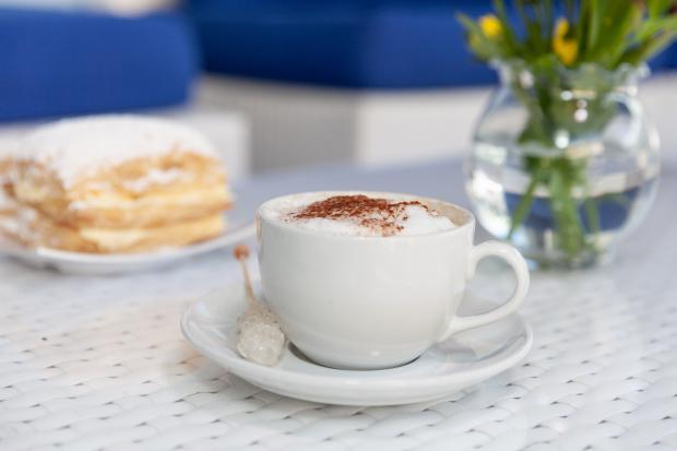 чашка кофе и кусочек торта на блюдце
