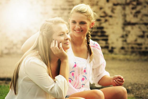 разговаривают две красивых молодых девушки