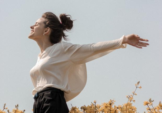 девушка в белой блузе на поле