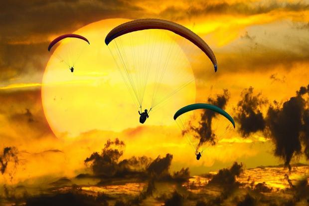 люди летят на парапланах