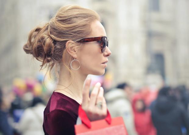 Девушка в очках и с покупками