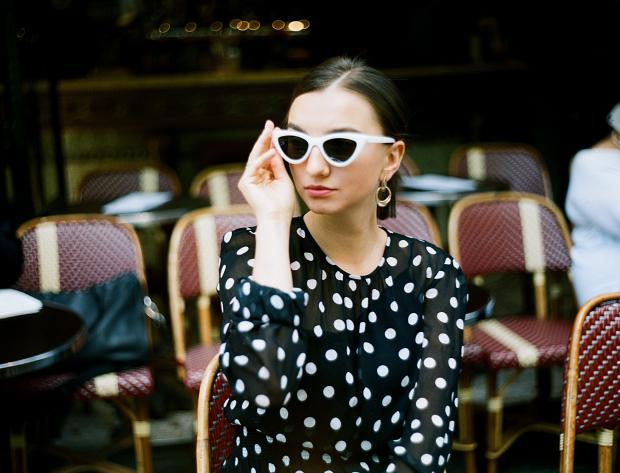 девушка в очках и черном платье в горошек