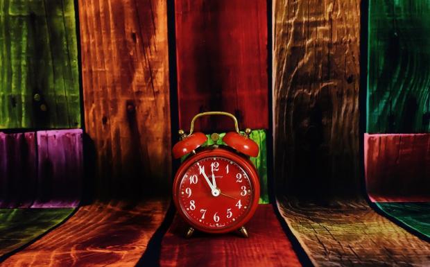 стоит красный будильник