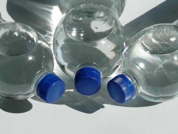 три пластиковые бутылки