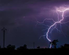 В Индии от удара молнии погибли по меньшей мере 16 человек, делающих селфи