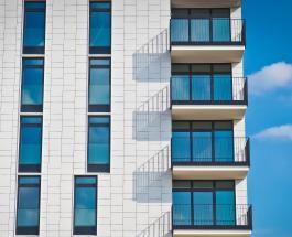Пара из Франции больше месяца спит на балконе, боясь привидения в собственной квартире