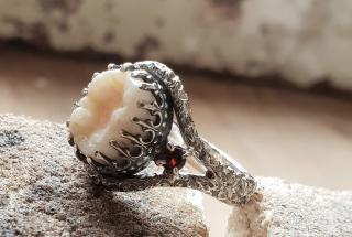 Украшения из человеческих зубов: странные работы ювелира Жаки Уильямс