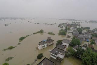 Наводнение в Китае: 12 человек погибли, более 100 000 эвакуированы - фото и видео