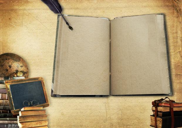 открытая тетрадь лежит с перьевой ручкой