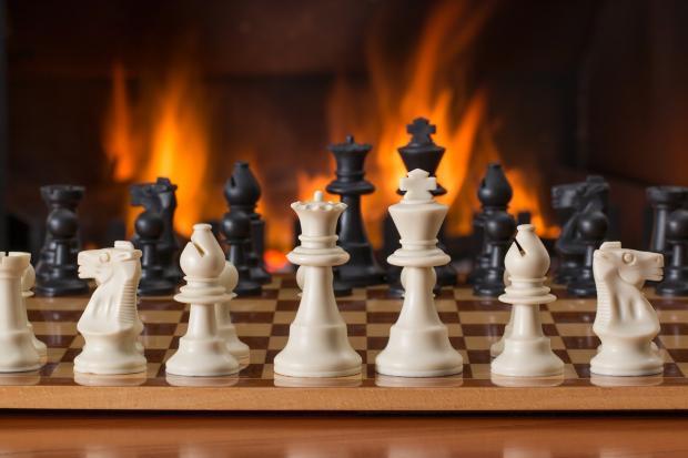 шахматные фигуры расставлены на доске