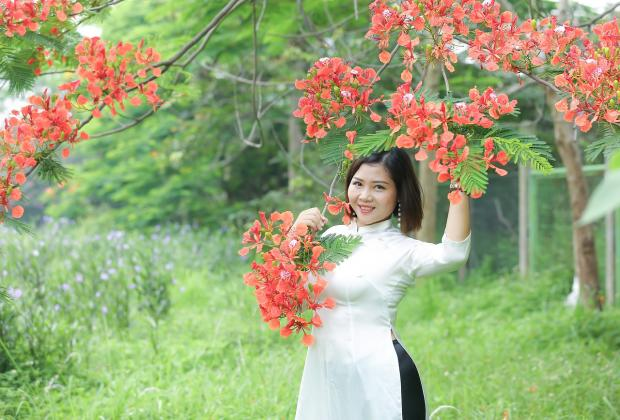 девушка стоит под ветвями цветущего дерева