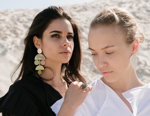 молодые девушки в черной и белой блузе