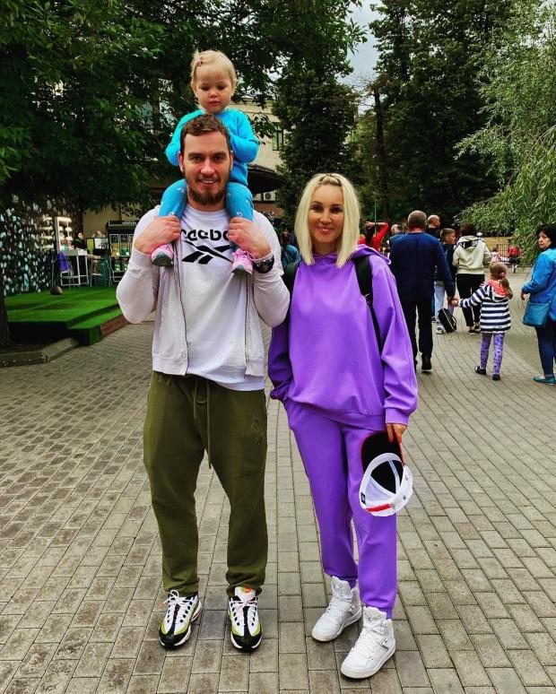Лера Кудрявцева с мужем и дочкой